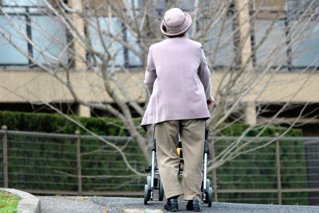 高齢者向け優良賃貸住宅内を散歩する老人