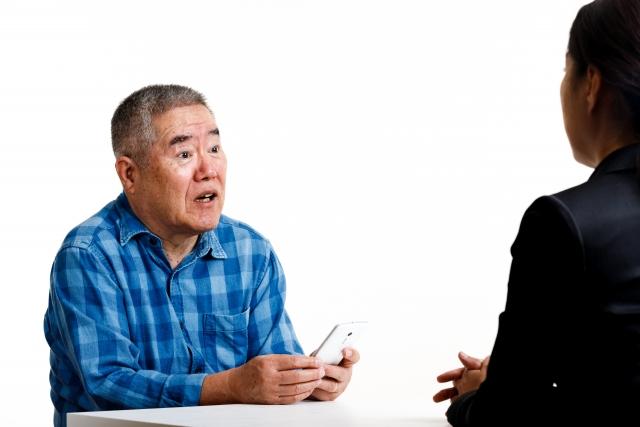 高齢者の賃貸探しで福祉課に相談する男性