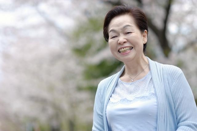 移住先で笑顔の高齢者女性